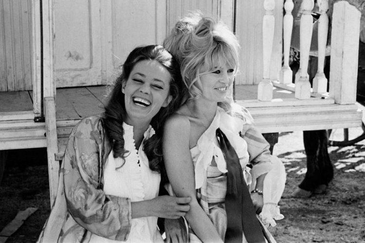 Jeanne Moreau and Brigitte Bardot retro foto zvozd s ulybkoy