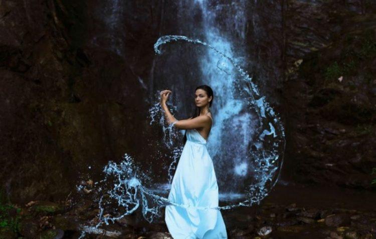 foto devushka u vodopada