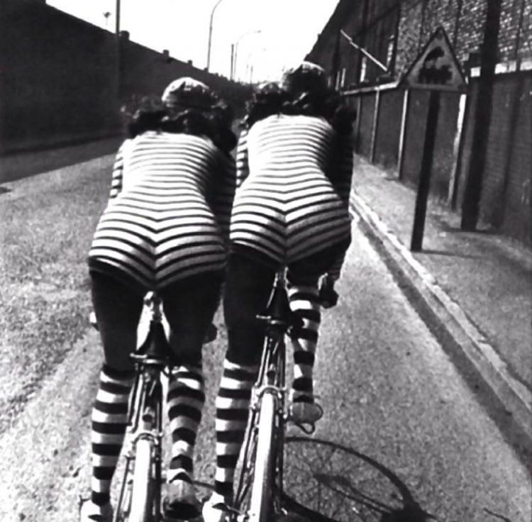 retro foto krasotki na skuterakh i velosipedakh